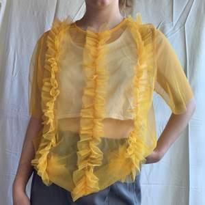 Snygg och unik mesh topp i en härlig gul färg, passar ju så bra till fest och om man vill göra vardagen lite roligare🌼