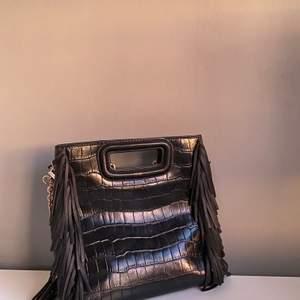 Hej! Säljer denna skit snygga väska, använt ett fåtals gånger. Säljer pga att den inte riktigt är i min smak! Den är som sprillans ny o är i fint skick! Skriv t mig privat vid intresse💕 vid fler intresserade blir det budgivning 😙 ny pris 2395kr. Högsta budet 1400