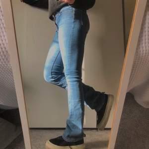 LEVIS 715 bootcut low waist. Super snygga blåa bootcut från Levis, jätte skönt matreal! Storlek: 27 vilket jag skulle säga passar 34,36,38