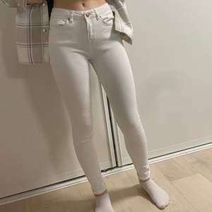Säljer dessa super sköna jeansen då de tyvär inte andvänds längre. Säljer för 50kr💗 De är inte alls genomskinliga och är super bekväma. Köparen står för frakten. Kontakta mig för fler bilder eller frågor💗❌kan även byta❌