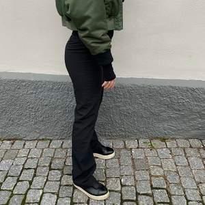 Säljer dessa perfekta kostymbyxorna från asos, jag är 1,79 cm lång och dom går perfekt över skorna!!🤩