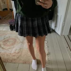 Blå rutig kjol från Weekday, bara använd en gång. Jag är en xs-s och har kunnat använda den genom att vika upp midjan.