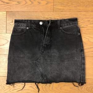 Snygg svart jeanskjol med tvättat effekt. Knappt använd