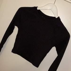 Helt ny tröja från Gina aldrig använd köpt för bara nån månad sen, den är jätte fin men inte riktigt min stil längre, har en fin öppning längst ner vid armen, hör av dig för mer bilder💗