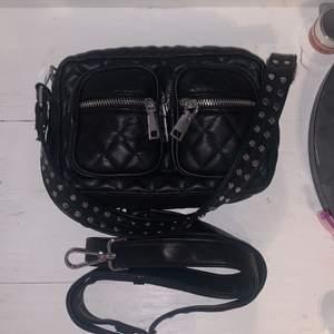 Noella Celina fluffy black väska i jättebra skick