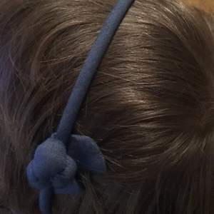 Blått diadem med en detalj