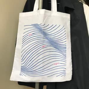 """Jag säljer unika tygpåsar med egen design! Välj om du vill ha """"ta det lugnt"""" eller en egen text. Går att få i svart, blå och rosa. Varje påse är handgjord med textilpennor på vit kasse, 38x42 cm 💫✨🌹"""