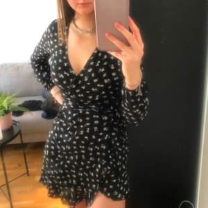 Väldigt fin knyt-klänning från newyorker 🤎 storlek 32 men sitter som en S. Man kan knyta den lite hur man vill om man tex vill visa mer eller mindre clevage. Nypris är 199kr och mitt pris är 100kr. Kom privat för fler bilder 🤎🤎
