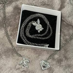 Olika halsband med strassberlocker. Inte äkta silver. Kan även skicka bild hur de ser ut på, vill man ha det kortare så kan även det ordnas. 69kr/st + Frakt på 12kr tillkommer. 💕
