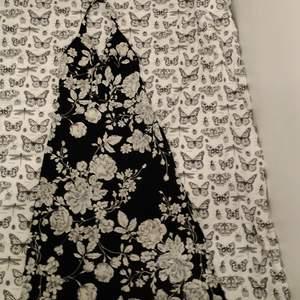 Väldigt snygg lång blommig klänning. Vadderad insida och smal vid midjan. Skulle säga att den passar som en medium.