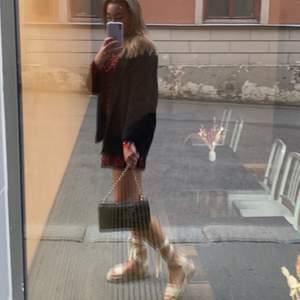 Säljer min favoritklänning som jag älskar mönstret och passformen på😍 Jag är 165cm och säljer den för att jag tycker att den ser lite kort ut på mig. Skulle passa någon som vanligtvis bär XS. Två trådar i ryggen som dragits upp (se bild 3) men inget som syns när man har den på sig! Lägg ett bud!