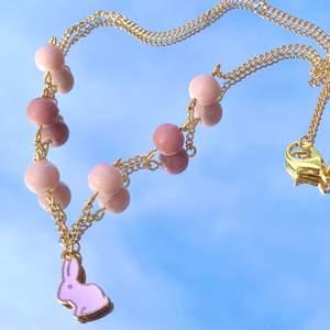🐣PÅSK-KOLLEKTION🐣 Halsband med rosa kanin på🐇💗 Perfekt till kaninägaren eller för att vara påskfin🥰