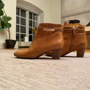 Jättesnygga stövletter i fint skick. Är i en snygg brun/beige färg med några gulddetaljer och är i storlek 39 från Ecco, med en fin klack. Priset kan diskuteras! Köparen står för frakt:) några få defekter på användning av skorna men syns inte alls mycket!