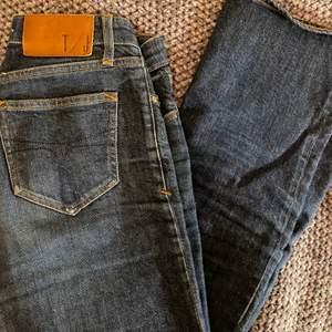 Säljer nu dessa ankellånga snygga jeansen från tiger of sweden🤍 passar en storlek 34. 🥰🥰 nypris: ca 1500