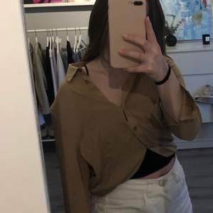 Säljer min supersnygga oandvända bruna skjorta från gina! Man kan knyta, knäppa och gör den så stor som man vill💗