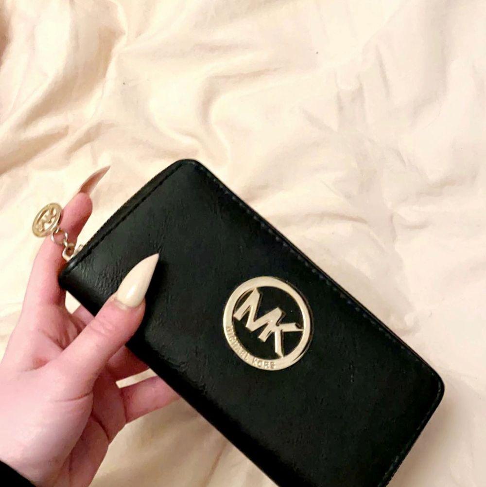 Lv plånbok Mk plånbok Victoria's secret bag/smink väska, PRIS KAN DISKUTERAS VID SNABB AFFÄR & skriv till mig så skickar jag fler bilder 🌹. Väskor.