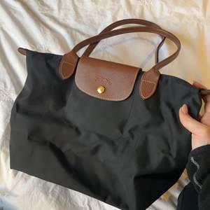 Säljer min fina longchamp väska i mini/mellan modellen. Så perfekt storlek till vardags, enkel och fin! Äkta.