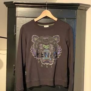 Oanvänd tröja från Kenzo. Inköpt i Paris. Modellen heter Paris. Storlek S. Kostade 2.000kr ny!