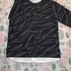 Camo tröja med vit tröja under använt 1/2 gånger nypris 100kr mitt pris 40kr. Storlek 156-164