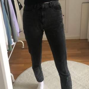 Snygga svarta lite urtvättade i färgen boyfriend jeans. Från asos tall. Långa, men går såklart att klippa om man vill ha dom kortare. Jag är 182 och på mig sitter dom som ett par boyfriend jeans. Storlek 26/36. 100 kr eller högst bud. Köparen står för frakt.