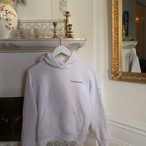 Vit Calvin Klein hoodie i storlek S. Inköpt för 1200kr, säljer för 350+frakt🥰