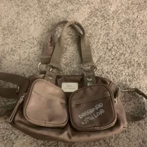 En super gullig grå/beige nästan brunaktig väska från okänt märke. Köpte den secondhand men har knappast använt den. Köparen betalar för frakt.