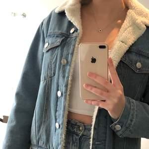 Så snygg och skön jeans-jacka med lurvigt material på insidan samt krage! Använd max 3 ggr så den är som nyskick, frakt tillkommer💕