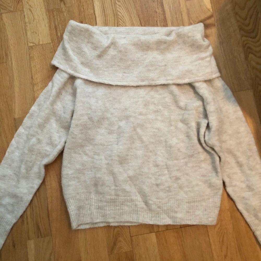 Stickad offshoulder-tröja från H&M i storlek XS (passar S). Bara använd en gång så är i nyskick.. Stickat.