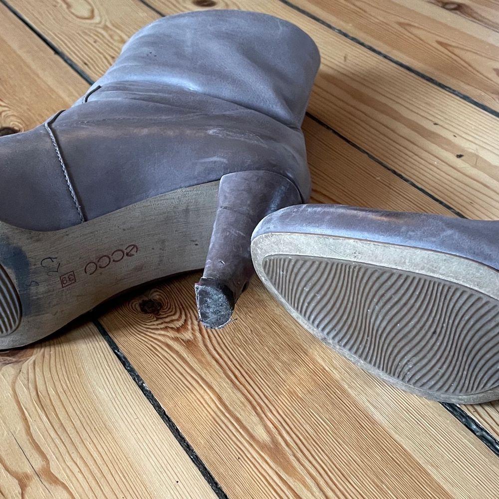 Tidlösa ecco stövletter, strl 38. Bekväma trots klackhöjd på ca 8-9 cm. Passar perfekt till alla klännings- och kjollängder samt smala byxor. Lite slitage vid tåspets men på det hela gott skick, inklusive sulor och klackar, se närbild. . Skor.