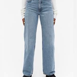 De populära jeansen från Monki i modellen Yoko.