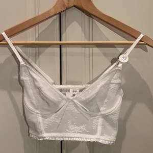 Söt vit bralett från Cotton On, aldrig använd 💘 storleken är xs och priset är 180 + frakt 💕 Om många är intresserad så blir det budgivning 💫