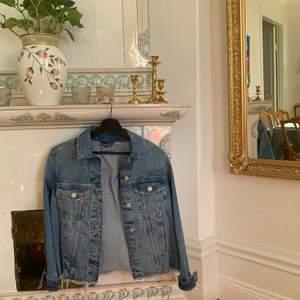 Jeansjacka med slitningar från H&M i storlek S. Mitt pris: 100kr + frakt ✨