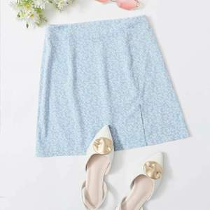 Säljer en söt kjol från Shein, säljer den då den inte kommer till användning. Köpt förra sommaren men använt endast en gång! Har en slits nedan plus en dragkedja på ena sidan. Skriv för fler bilder!