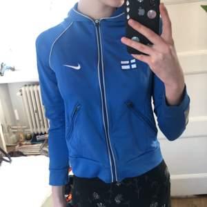 En vintage blå sportig liten zipup från Nike, står Finland på ryggen🇫🇮