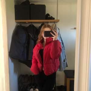 Säljer min jacka från Gina. I storlek 36 (S). Har inte kommit till användning de senaste. Har använt några gånger men i väldigt fint skick. Om ni har fler funderingar eller vill ha fler bilder hör av er❤️