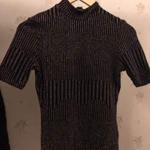 Superfin tröja till nyår eller bara allmänt den sticks inte av glittret jätte bra skick säljs då ja råkade köpa fel storlek så de är i super bra skick se bild 2 för bättre bild på glittret, frakt tillkommer🥰