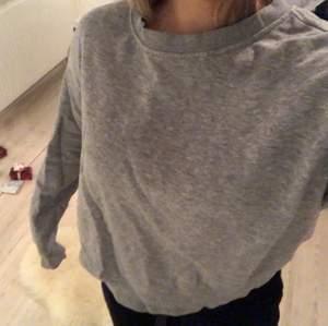 En ljusgrå tröja från H&M. Säljs pga av att den inte används.