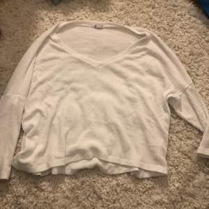 Vit stickad tröja ifrån Cubus. Stolek m men jag brukar ha den som en oversized tröja.