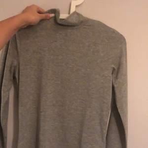 en grå polo tröja från gina tricot perfekt nu till vintern!