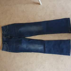 En jättefin mörk blå vintage jeans som jag inte använder länger pga jag tycker inte att den passar mig:( jag är 163 och det passar perfekt den är i storlek S :) priset går att diskutera<3 (mer bilder privat:)