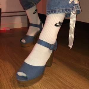 Blåa klackar som ska se ut som jeans. Klack som ska se ut som trä. Storlek 40. Nyskick använda 1 gång. Köparen står för frakten. Buda gärna i kommentarerna.