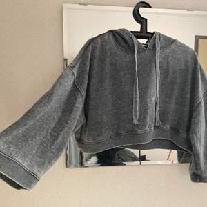 Kort oversize hoodie. Aldrig använd, felfritt skick. Fraktas spårbart