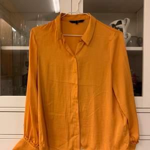 Snygg skjorta i senapsgult. I mycket gott skick. Köpare står för frakt om upphämtning ej är ett alternativ.