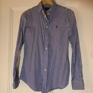 Aldrig använd Ralph Lauren skjorta köpt i Italien. Costum fit, blå och vitrandig