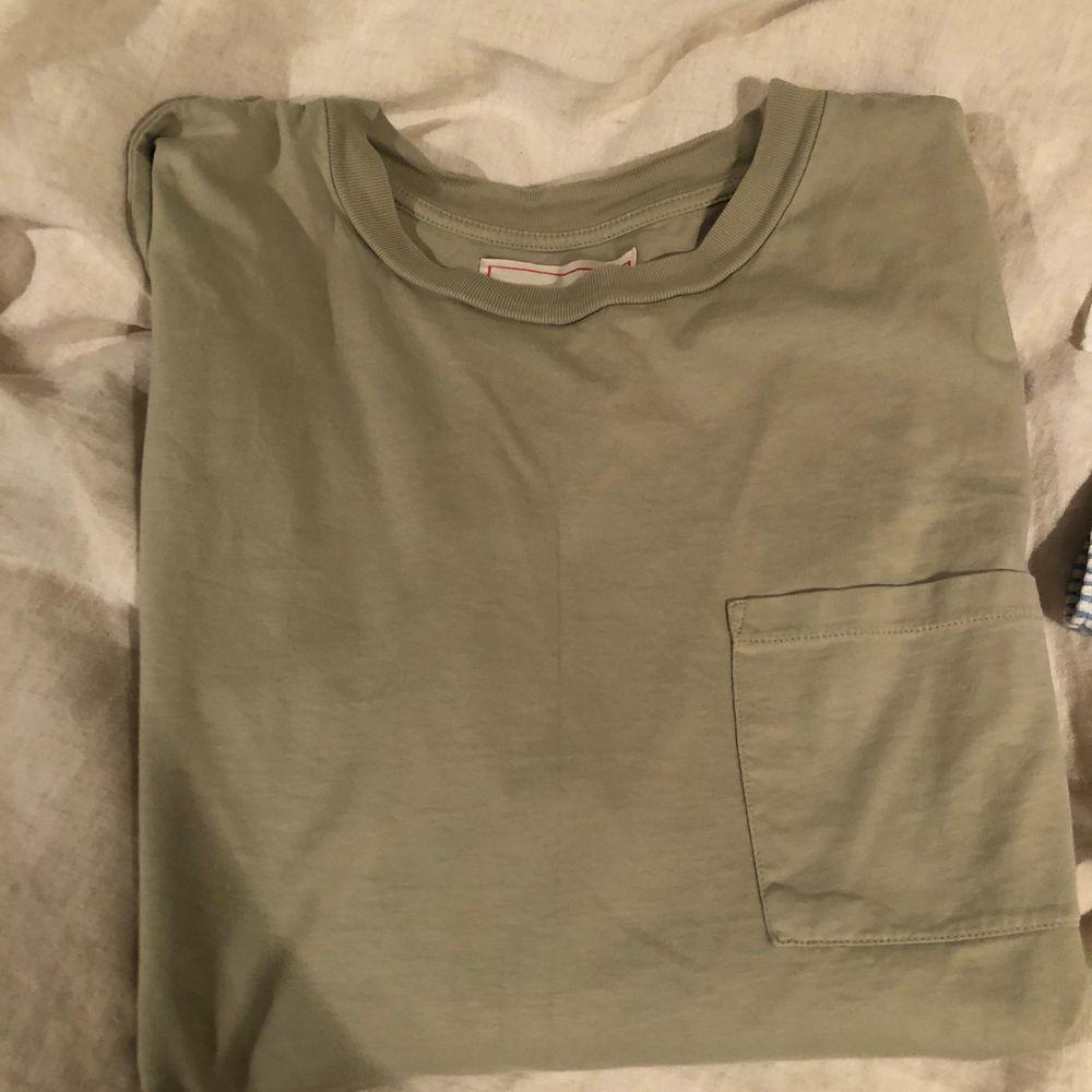 Jättefin ljus olivgrön (färgen är mest som de 2 sista bilderna) från exklusiva Jeanerica. Inköpt för 900kr och knappt använd :( frakt ca 50kr. T-shirts.