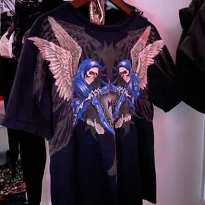 sååå snygg t shirt som köptes på secondhand för ett tag sen som tyvärr inte kommer till användning längre :(( pris kan diskuteras