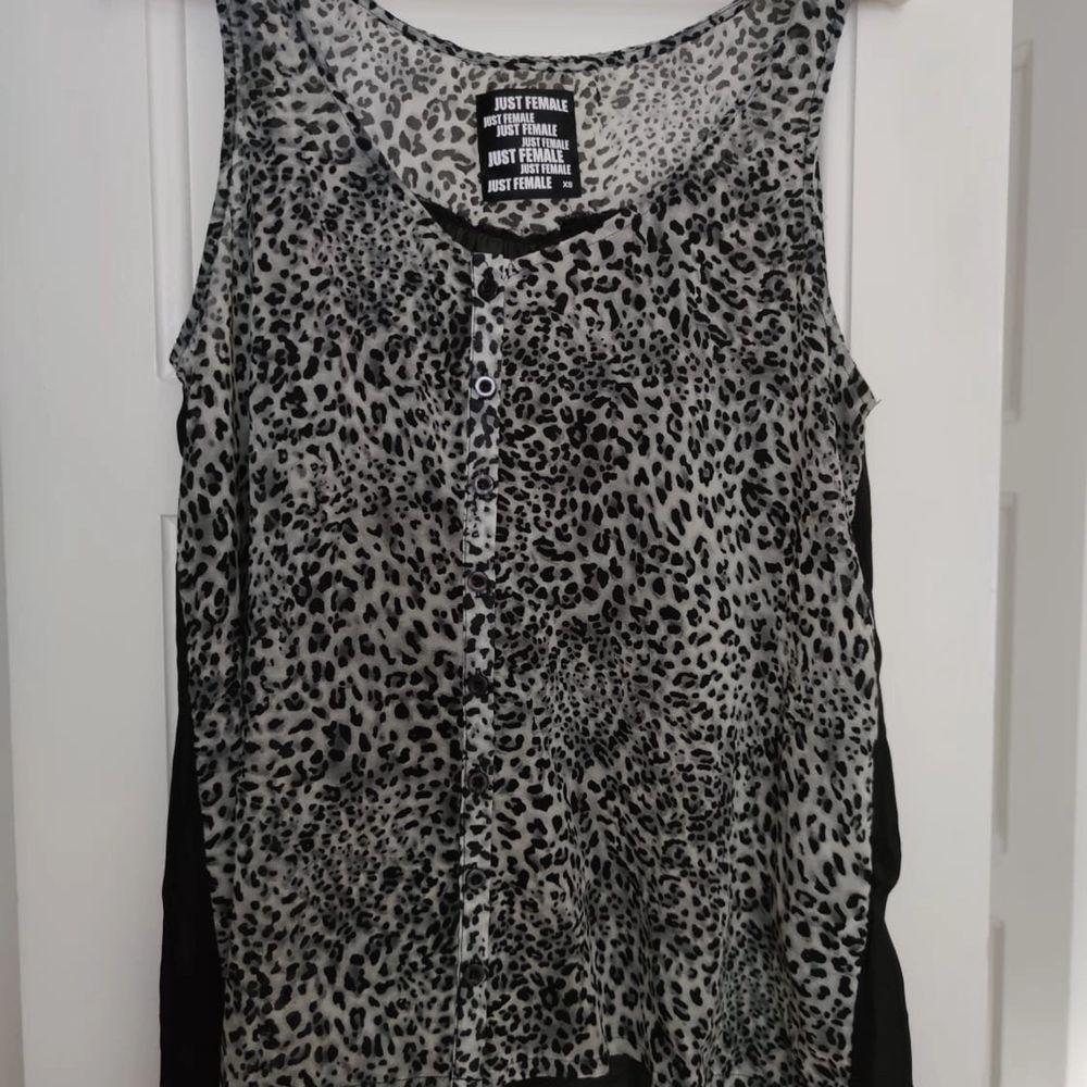 Second Female topp med leopard tryck i strl XS • frakt ingår  • Jag ansvarar ej för postens eventuella slarv. . Toppar.