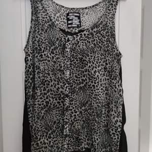 Second Female topp med leopard tryck i strl XS • frakt ingår  • Jag ansvarar ej för postens eventuella slarv.