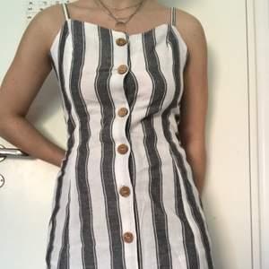 jättefin klänning från tally weijl. köpt i Italien, aldrig använd, lappen sitter kvar! 💫 frakten ingår i priset🤍