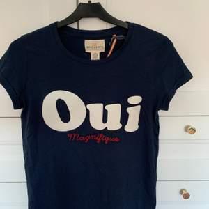 En mörkblå T-Shirt från Lindex. Tryck på framsidan med text. Prislappen sitter kvar så den är aldrig använd!! Storlek 146/152 funkar som S. Säljer för 60 kr + frakt 💙